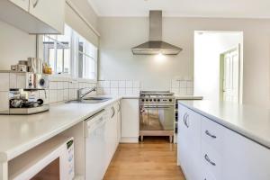 A kitchen or kitchenette at Fernglen Forest Retreat
