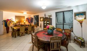 A restaurant or other place to eat at Casa Petunia Pousada Boutique