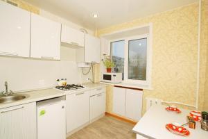 Cucina o angolo cottura di Apartment on Lokomotivnaya 1