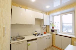 A kitchen or kitchenette at Apartment on Lokomotivnaya 1