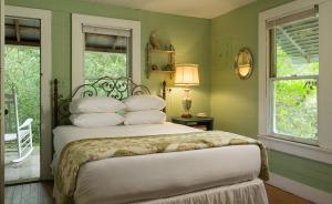 A bed or beds in a room at BlissWood Bed and Breakfast Ranch