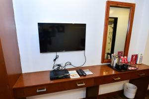 A television and/or entertainment centre at ZEN Rooms Abozza Station 2