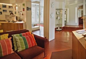 Een zitgedeelte bij Porto Spot Hostel