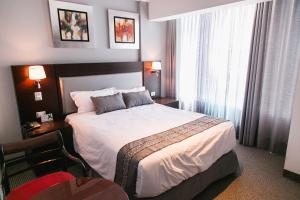 A bed or beds in a room at Apart Hotel Petit Palace Suites
