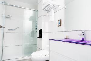 A bathroom at Apart Hotel Petit Palace Suites