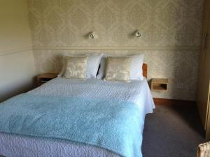 A bed or beds in a room at Riverwalk House B&B