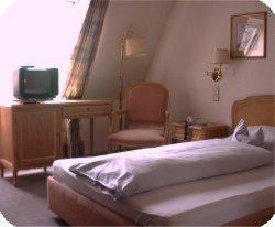 A bed or beds in a room at Hotel Kaiserhof
