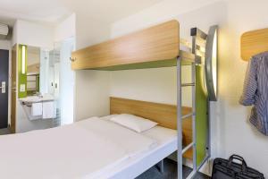 Ein Etagenbett oder Etagenbetten in einem Zimmer der Unterkunft ibis budget Hannover Garbsen