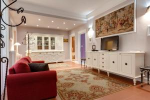 A seating area at Florence Apartments, Home Feeling