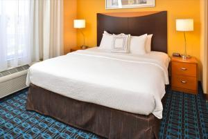 A bed or beds in a room at Fairfield Inn & Suites by Marriott Helena