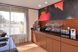 A kitchen or kitchenette at Fairfield Inn & Suites by Marriott Helena