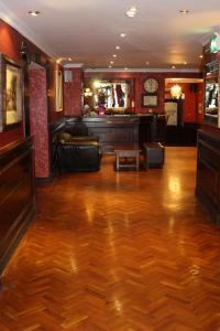 The lobby or reception area at Hearns Hotel