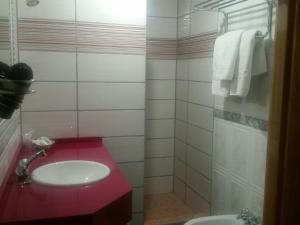 A bathroom at Hotel Guadalquivir