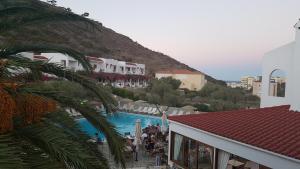 Vista sulla piscina di Astron Hotel o su una piscina nei dintorni