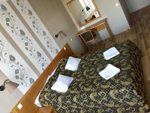 A bed or beds in a room at Hotel Claudius