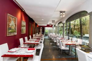 A restaurant or other place to eat at Hotel Londra - Firenze