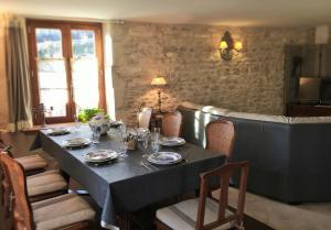 A restaurant or other place to eat at gîte tourelle