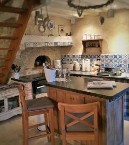 A kitchen or kitchenette at gîte tourelle