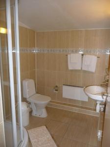 A bathroom at Motel Tėvynė