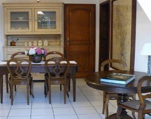 Restaurant ou autre lieu de restauration dans l'établissement Chambres d'Hôtes Au Bout du Champ