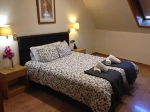A bed or beds in a room at Hotel Restaurant Manel