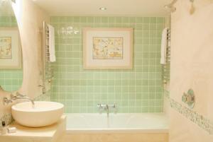 A bathroom at Swan House