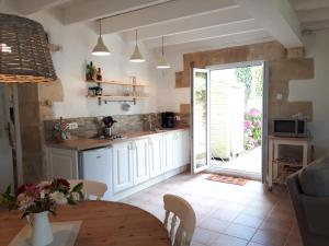 A kitchen or kitchenette at Vine house