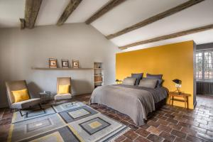 A bed or beds in a room at Le Domaine de Palerme