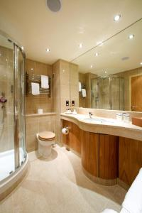A bathroom at Donnington Valley Hotel, Golf & Spa