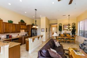 A kitchen or kitchenette at Castle Pines Villa