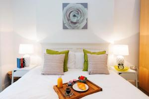 A bed or beds in a room at Dream South Kensington Apartment