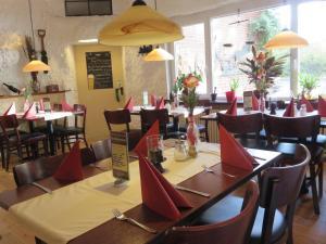 Ein Restaurant oder anderes Speiselokal in der Unterkunft Bredeneeker Gasthaus