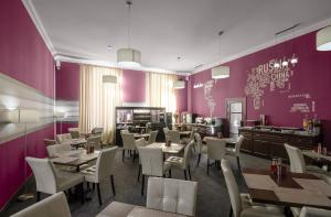 A restaurant or other place to eat at Flowers Hotel
