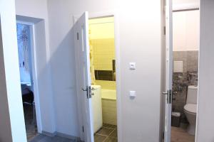 A bathroom at Comfortable apartament in the centr