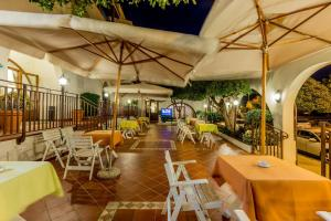 A restaurant or other place to eat at Hotel El Balear