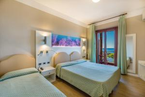 A bed or beds in a room at Hotel El Balear