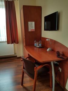 Телевизор и/или развлекательный центр в Hotel Restauracja Kinga
