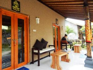 A restaurant or other place to eat at Yuda Menjangan Homestay