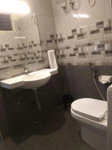 A bathroom at Hotel Olympia Inn
