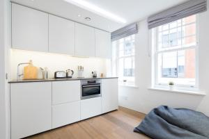 A kitchen or kitchenette at Stunning and bright apartments - Romilly Street