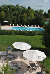 Vista sulla piscina di Hotel Villa Dei Carpini o su una piscina nei dintorni