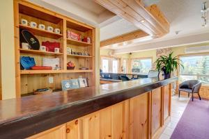 Lounge oder Bar in der Unterkunft Inn of the Rockies