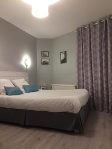 A bed or beds in a room at Hôtel Restaurant des Aviateurs