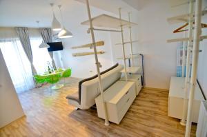 O zonă de relaxare la Summerland Happy Blue Apartments