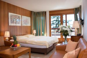 A bed or beds in a room at Hotel Helvetia Intergolf