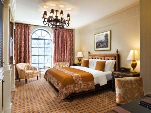 A bed or beds in a room at The St. Regis Washington, D.C.