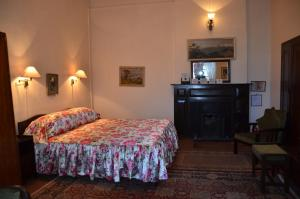A bed or beds in a room at Windamere Hotel