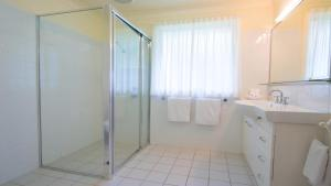 A bathroom at Pacific Palms Resort