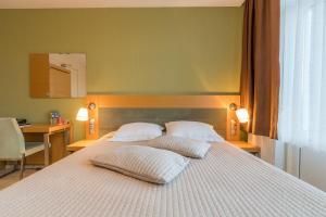 سرير أو أسرّة في غرفة في Hotel Port
