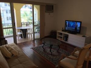 Uma área de estar em Ocean Front Resort